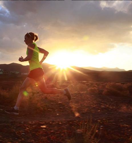 Lisa Nordén tränar löpning i solnedgången