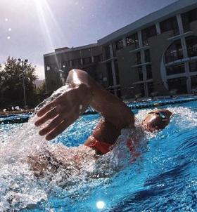 Sarah Sjöström tränar frisim i bassängen