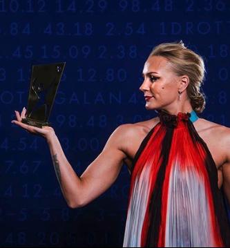 Sarah Sjöström håller upp ett pris