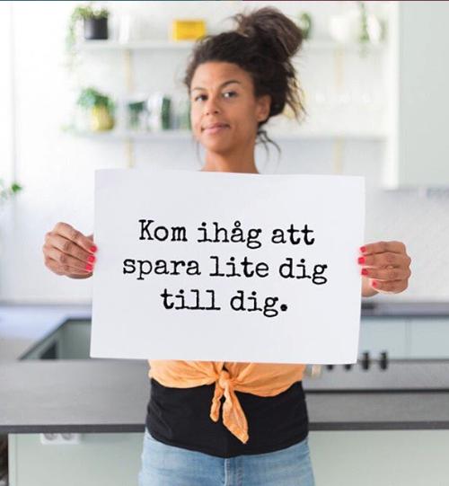 Vivi Wallin, som driver MammaSanningar, håller upp en skylt med texten Kom ihåg att spara lite dig till dig