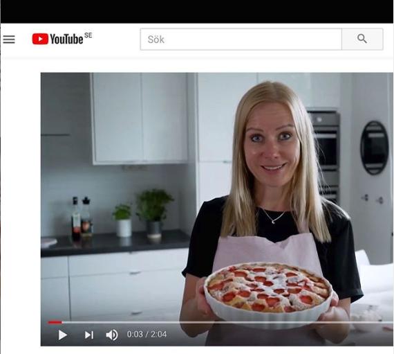 Linda Andersson från Lindas Bakskola och Matskola står i ett kök visar en paj från sin YouTube-kanal