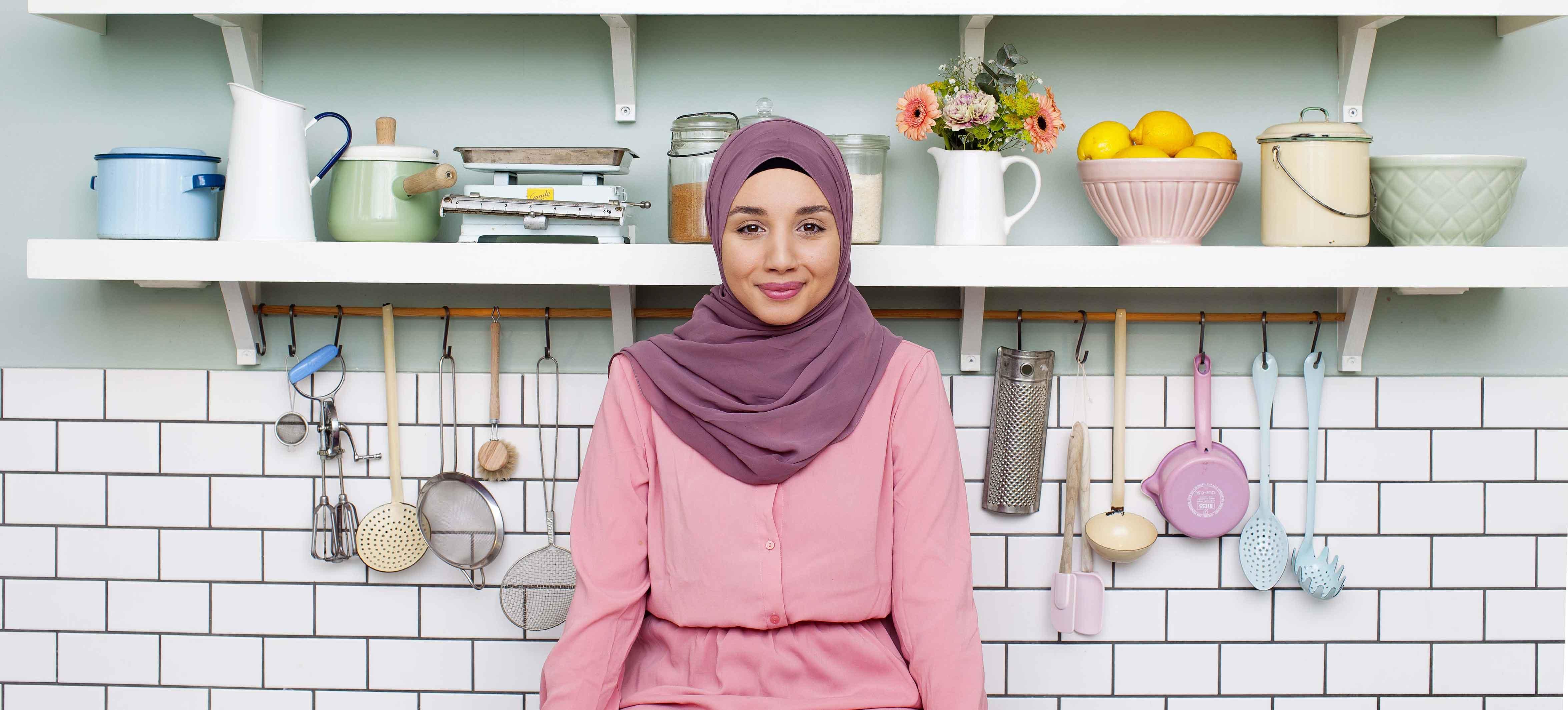 Camilla Hamid, som driver Instagramkontot My Kitchen Stories, står i ett kök