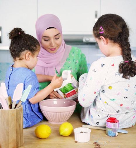Camilla Hamid från My Kitchen Stories bakar med sina två barn