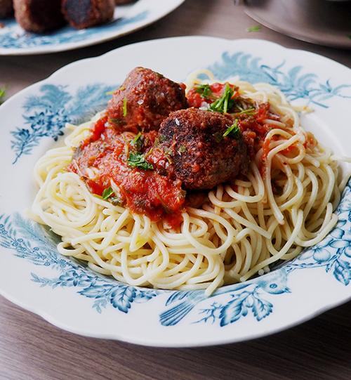 En tallrik med italienska köttbullar i tomatsås med spaghetti, från 100 Kitchen Stories