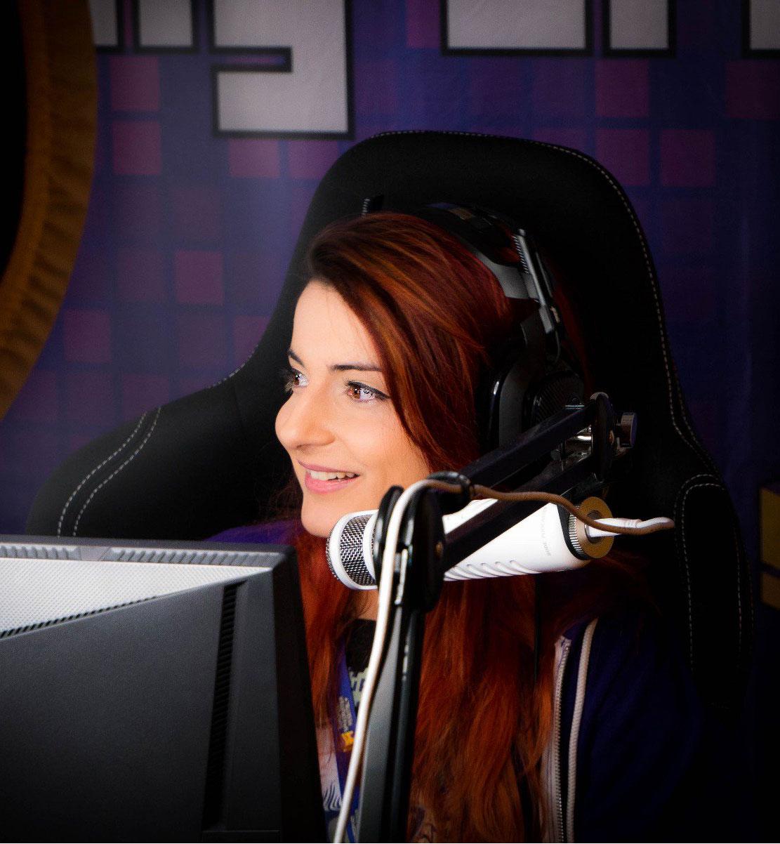AnnieFuchsia sitter vid en dator