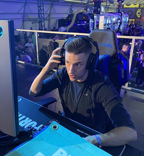 influencer Orb spelar på dator