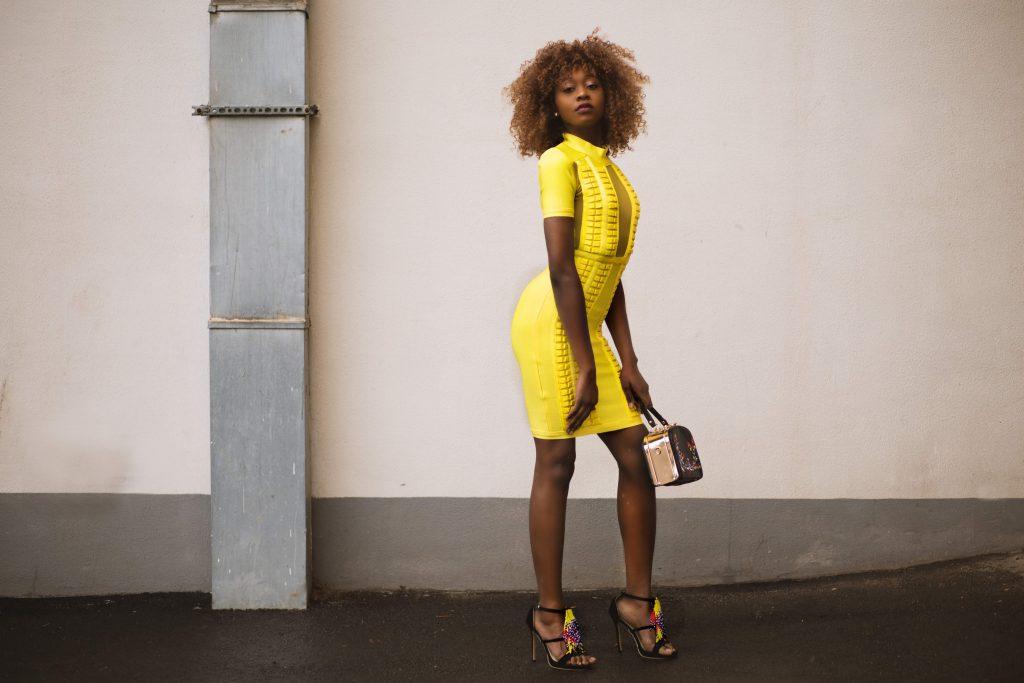 influencer-digital-marknadsföring-kvinna-i-gult