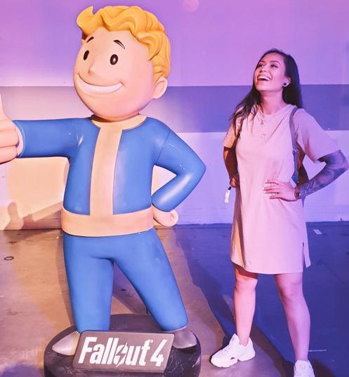 Michi vid en staty med texten Fallout 4