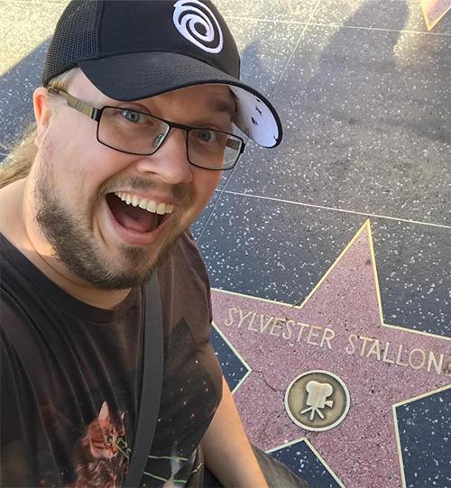 """David """"Ufosxm"""" vid en stjärna på marken där det står Sylvester Stallone"""