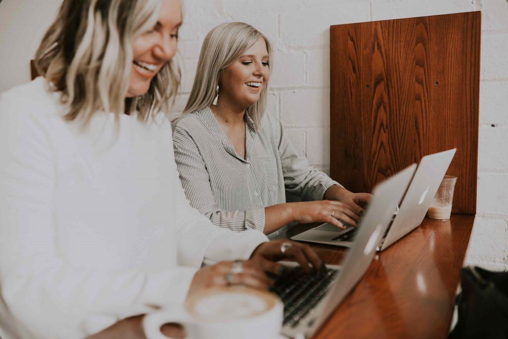 Influencers-bloggar-på-laptop-influencer-marketing