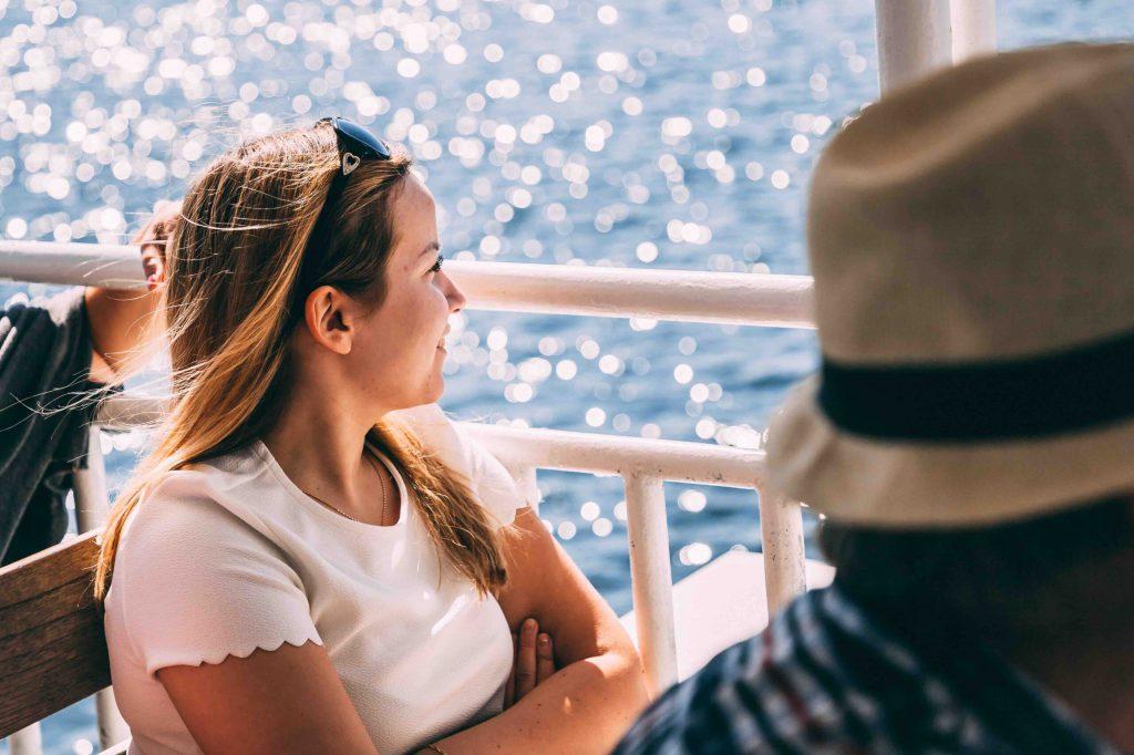 kvinna på båt svensk sommar influencer i Sverige