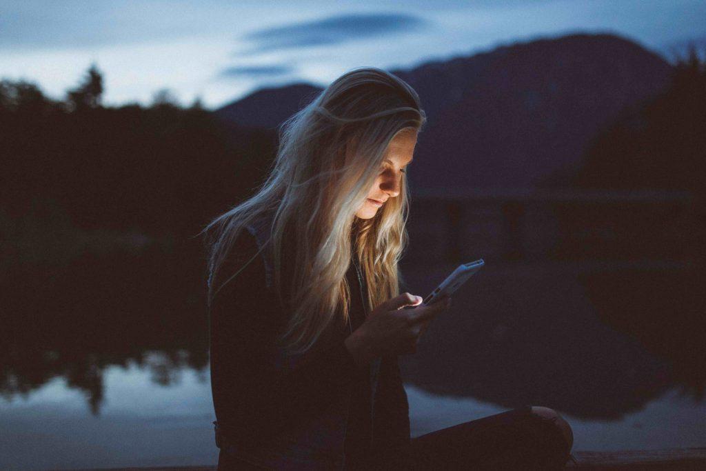 Välj rätt Digitala kanaler Marknadsföring för b2b och b2c kvinna tittar på sin mobil