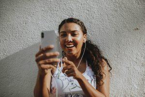 Displayannonsering och bannerannonsering fördelar digital marknadsföring tjej använder sin mobiltelefon