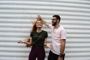 jobba som influencer i Sverige glad man och kvinna
