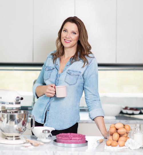 Emma Brink Rask står i ett kök