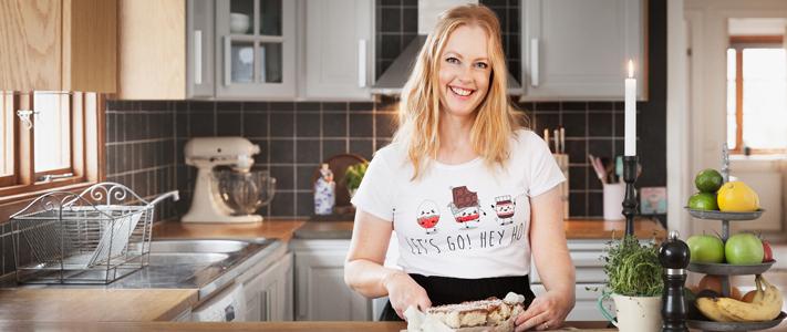 Helena Elm, som driver Bara en kaka till, står i ett kök