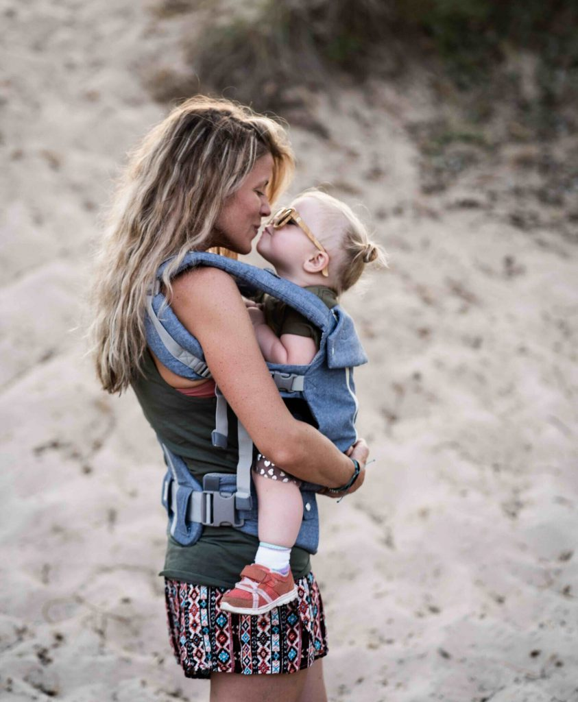 Starka relationer via influencer marketing digital marknadsföring mamma och barn på stranden i Sverige