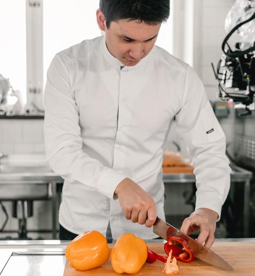Filip Poon skär en paprika