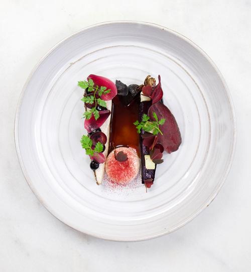 En tallrik med fint upplagd mat av Filip Poon