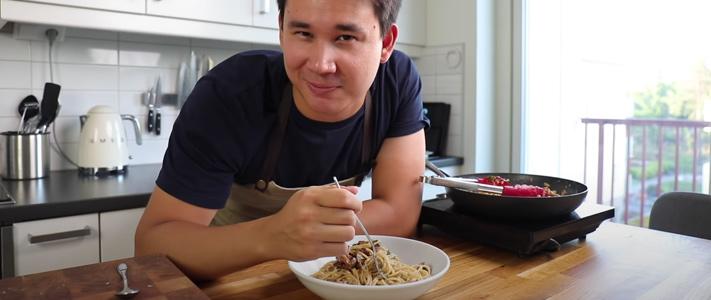 Filip Poon med en tallrik med pasta