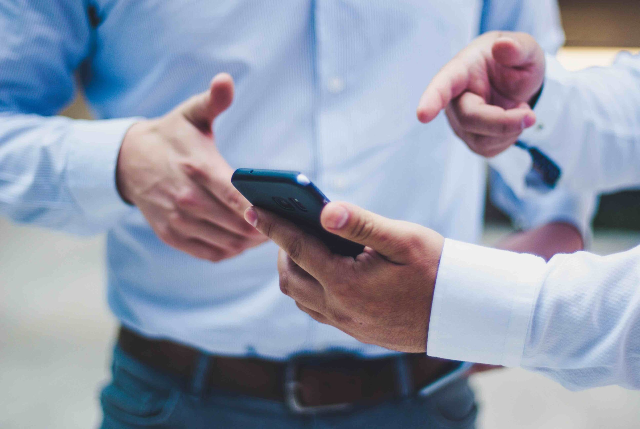 Sälja annonsplats via programmatic Proad sweden två män tittar på mobil